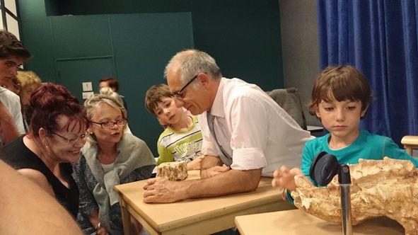 Observation des fossiles apportés par Thierry Pélissié et Francis Duranthon // Vente de publication géologiques réalisées par l'association Carrefour des Sciences et des Arts