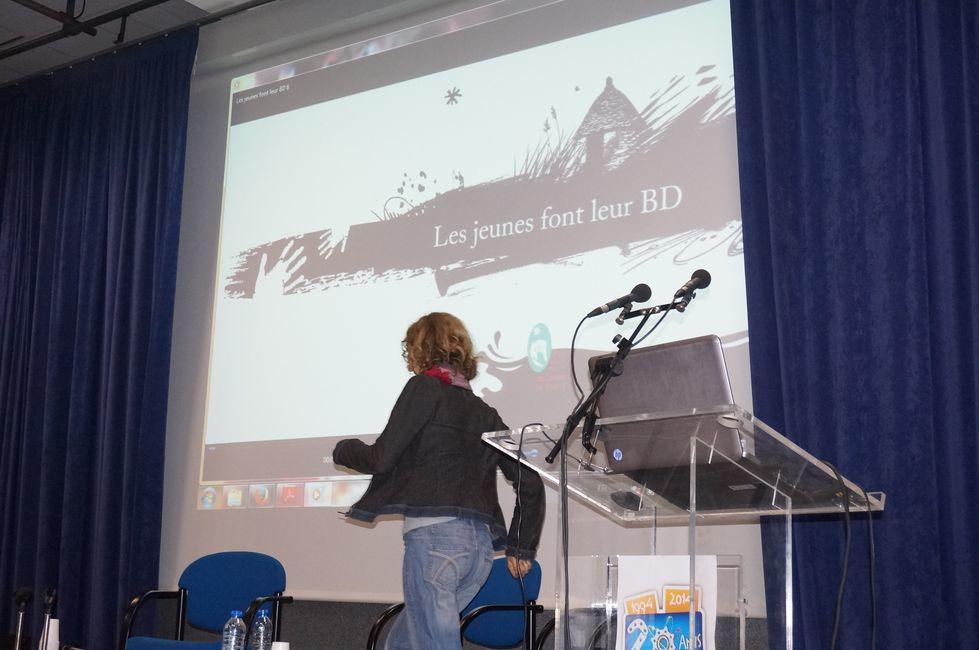 """Présentation de supports de médiation innovants : le jeu de piste dans Cahors par Valérie Noyé (Office de Tourisme du Grand Cahors) &#x3B; la BD participative par Patricia Monniaux (Parc naturel régional des Causses du Quercy) &#x3B; le bas à sable numérique et le dispositif Occulus par Julie Poirier (Science Animation) &#x3B; les jeux en ligne """"Sommes-nous tous de la même famille ?"""" par Annabel Foucault (Carrefour des Sciences et des Arts)."""