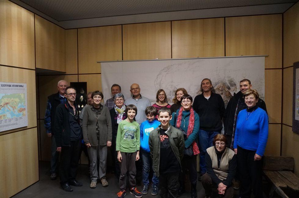 Une photo souvenir (d'une partie du groupe) à côté de Néandertal