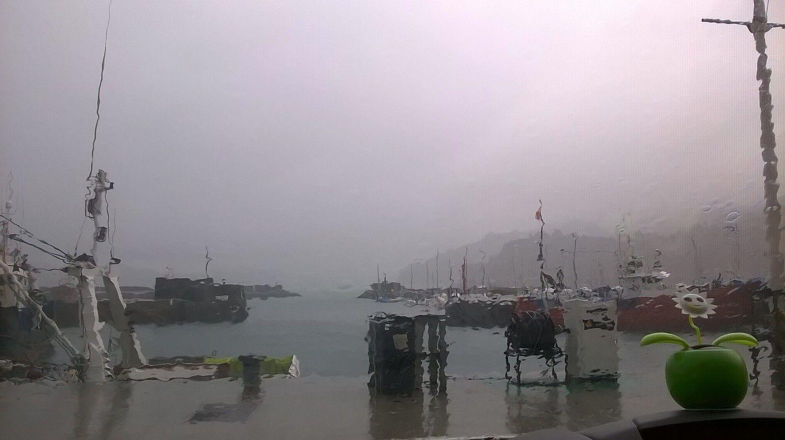 Le port dans le brouillard et sous la pluie