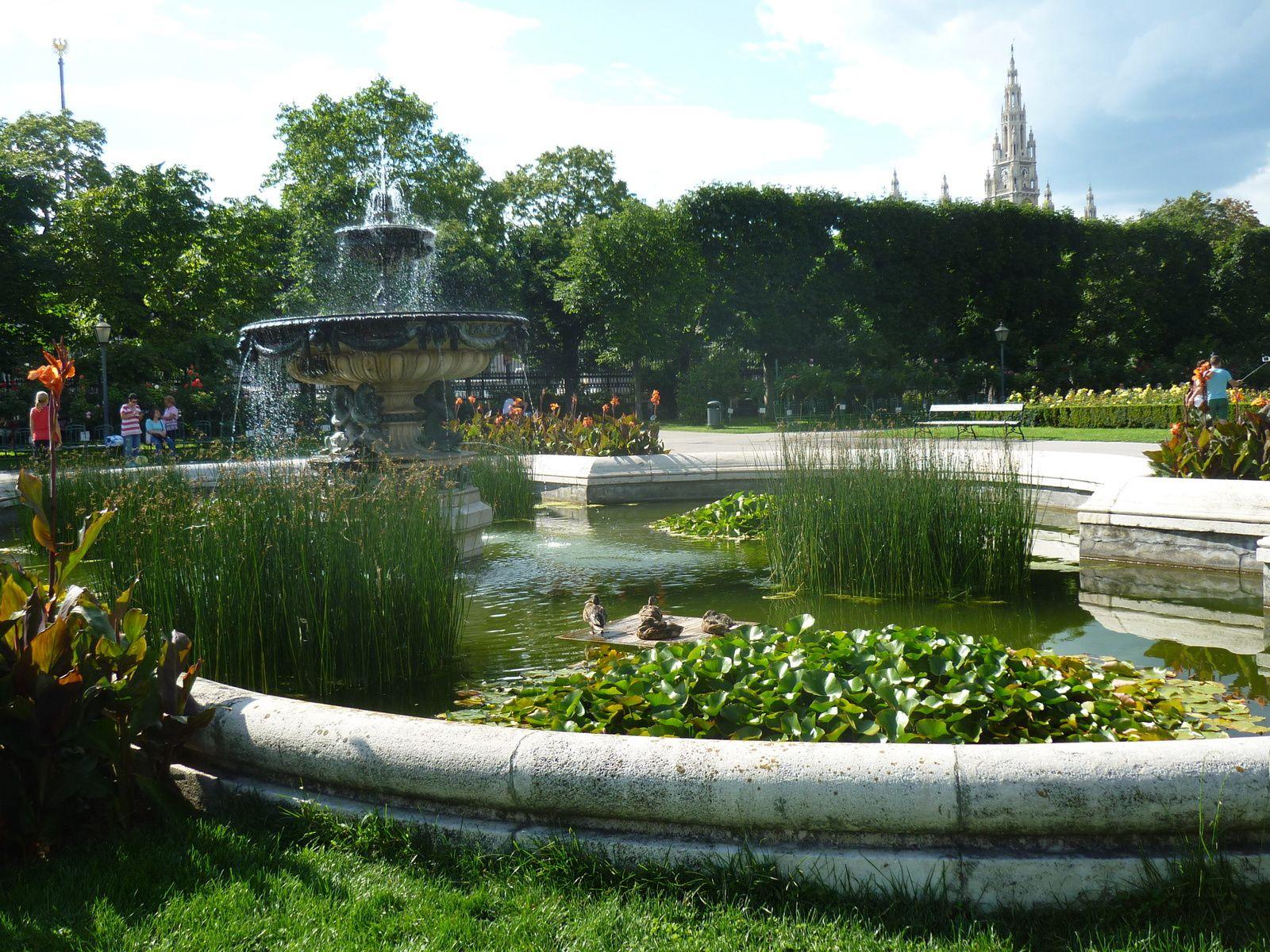 Dans le jardin public derrière le musée de Sisi