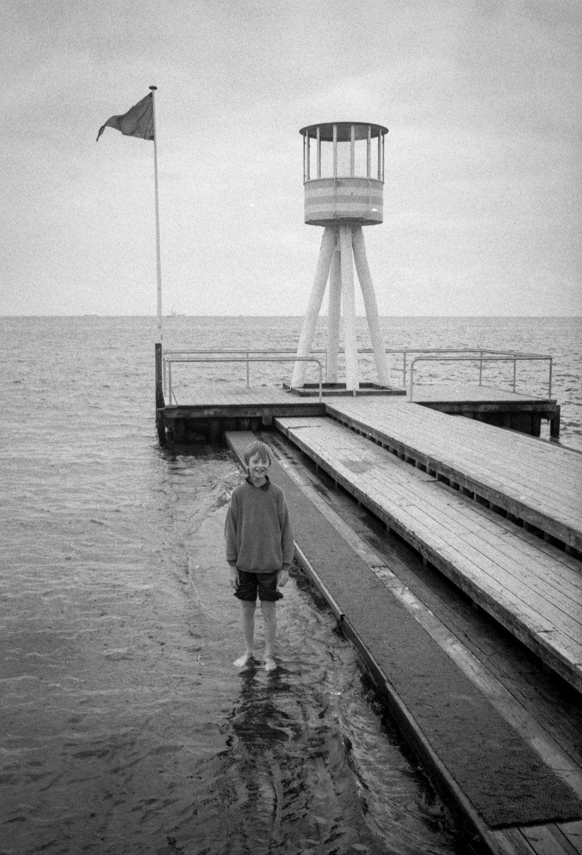 En face du théâtre Bellevue, la jetée aussi a été dessinée par Arne Jacobsen. On profite également d'un splendide sourire de circonstance…