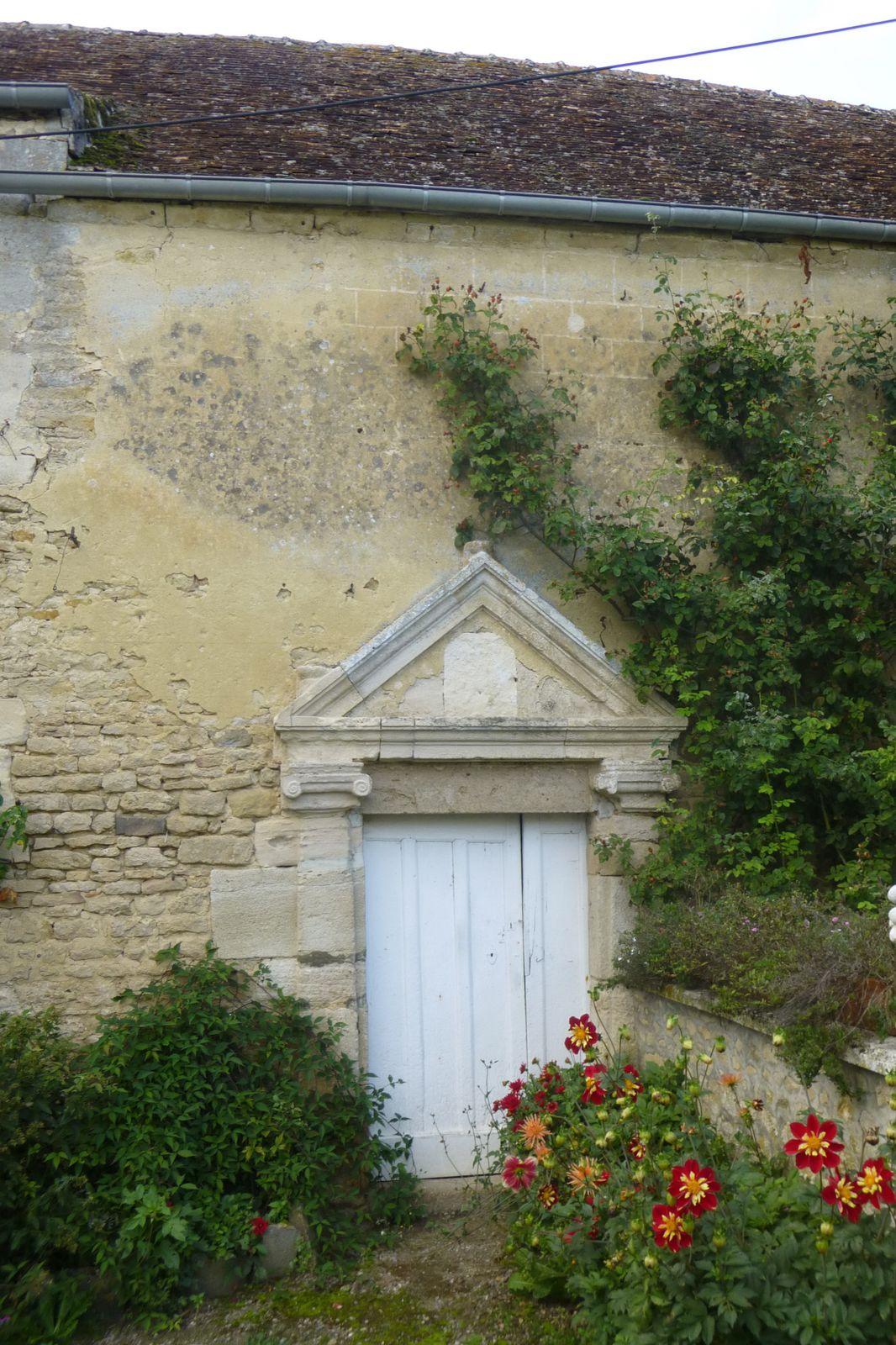 A titre de comparaison, figurent ici deux clichés du manoir de Marigny, à Mortrée (61), qui conserve un enduit à décor de faux appareil d'époque Renaissance.