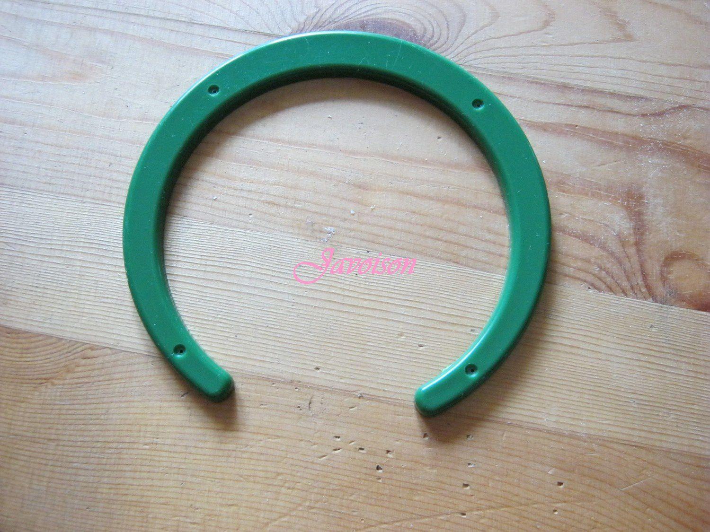 Un fer à cheval en plastique: il permet de soulever le fil et d'éviter qu'il ne s'accroche aux épingles.
