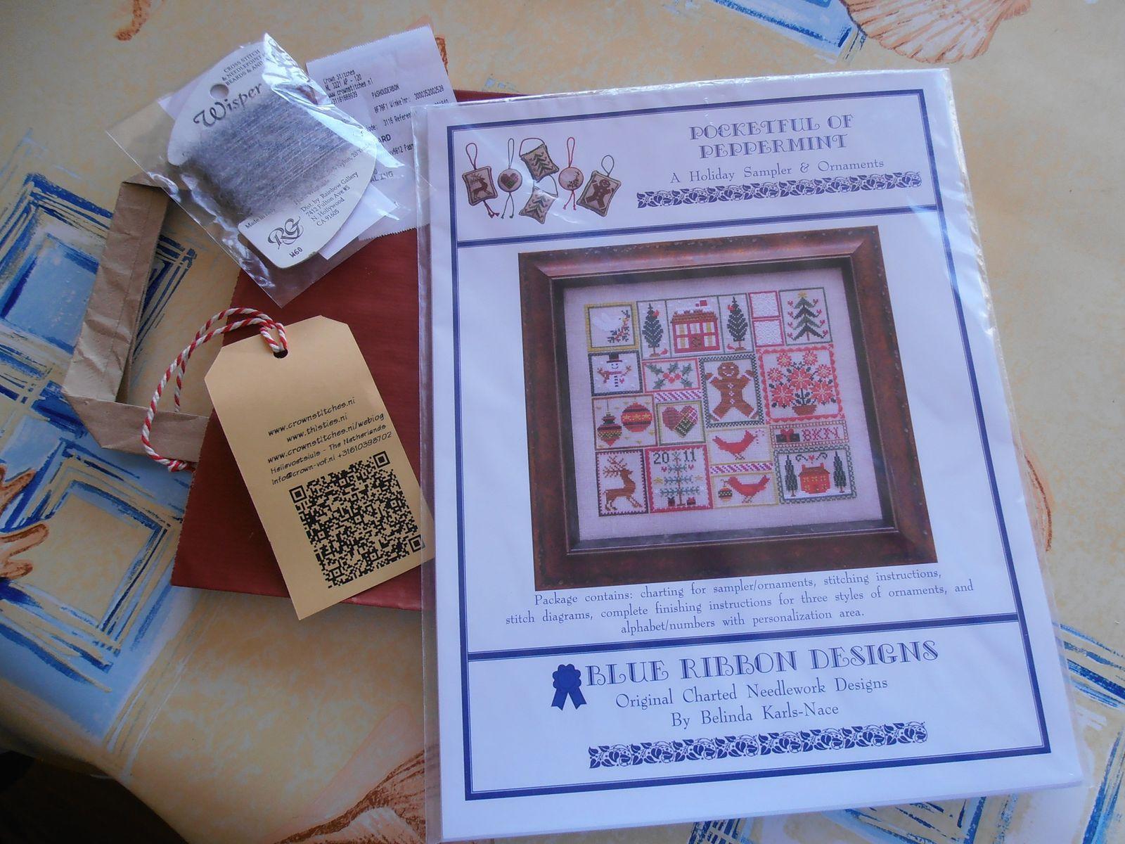 Une fiche Blue Ribbon Designs chez Crownstitches. En cadeau une échevette Wisper gris de chez RG. Là aussi, échange sympathique !!!