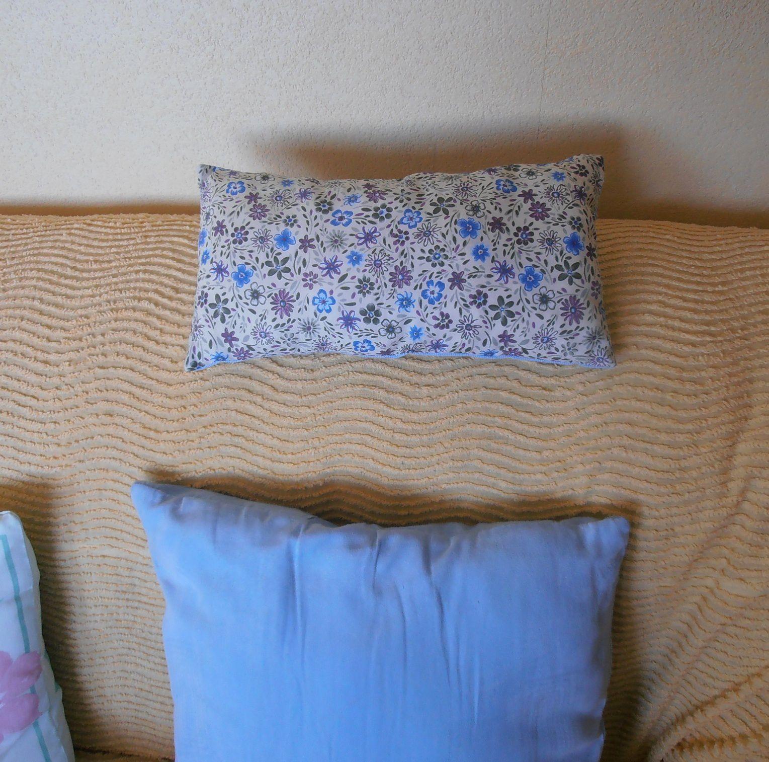 Le dos du coussinet aussi est bien joli, avec ses petites fleurs bleues.