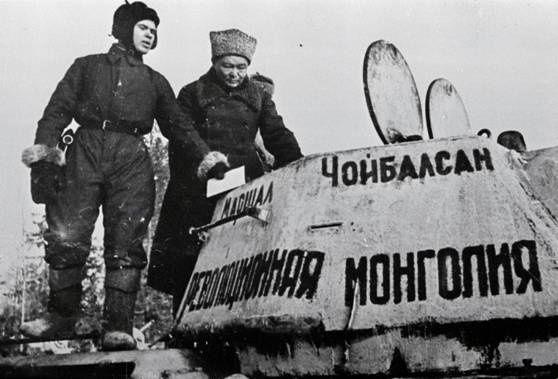 Choybalsan en 1943 devant un char offert par la Mongolie à l'URSS en guerre
