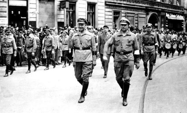Un défilé du Front rouge allemand en 1927