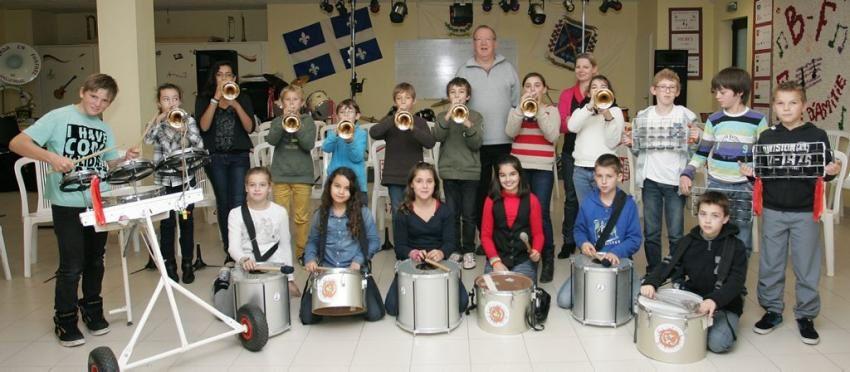 Les élèves du groupe de musique avec leurs professeurs.