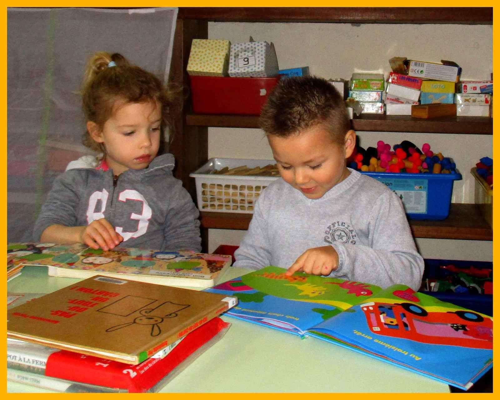 Ensemble, nous redécouvrons les livres que maîtresse nous avait lus avant les vacances .