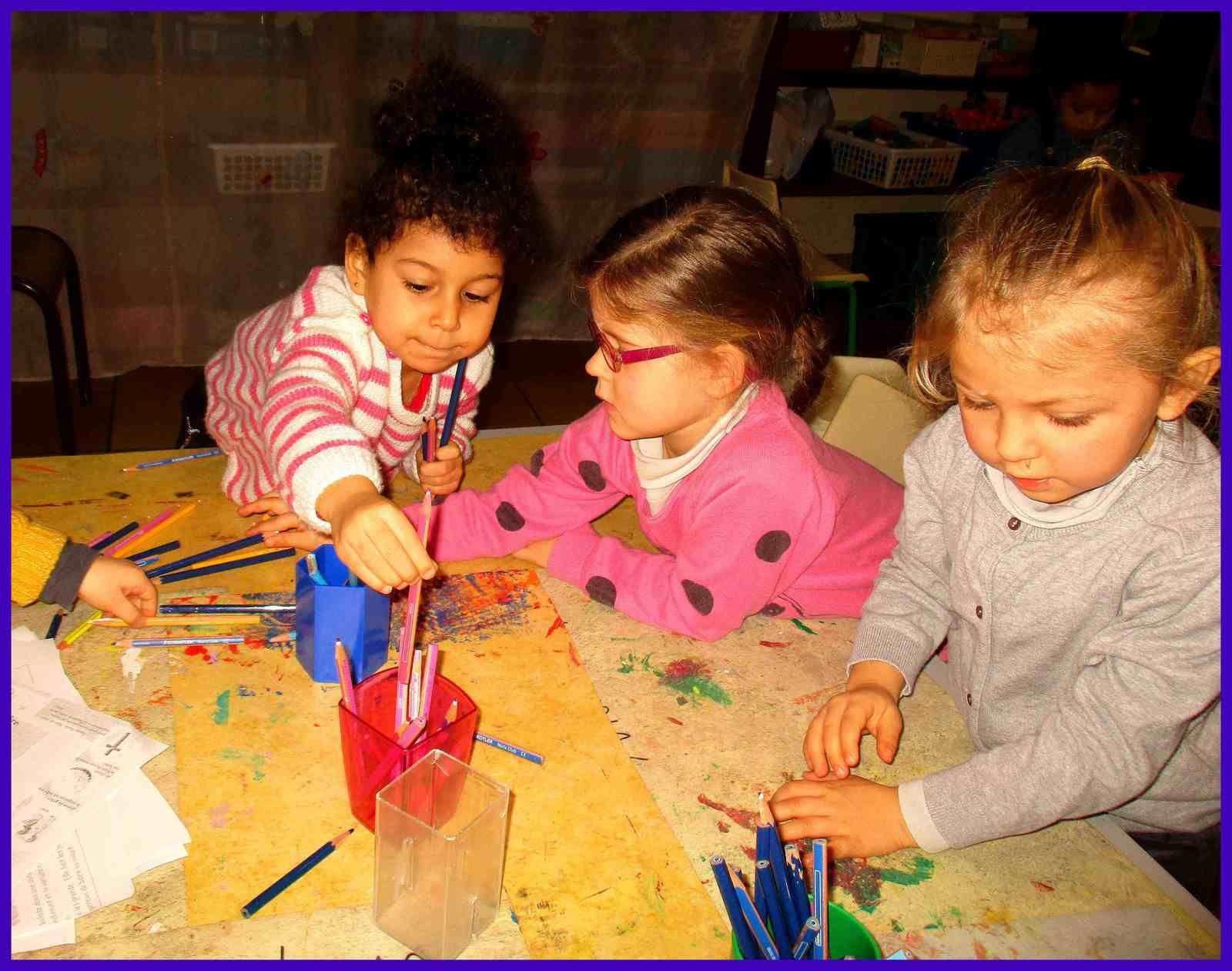Après l'atelier de dessin libre, nous rangeons les crayons par couleurs .