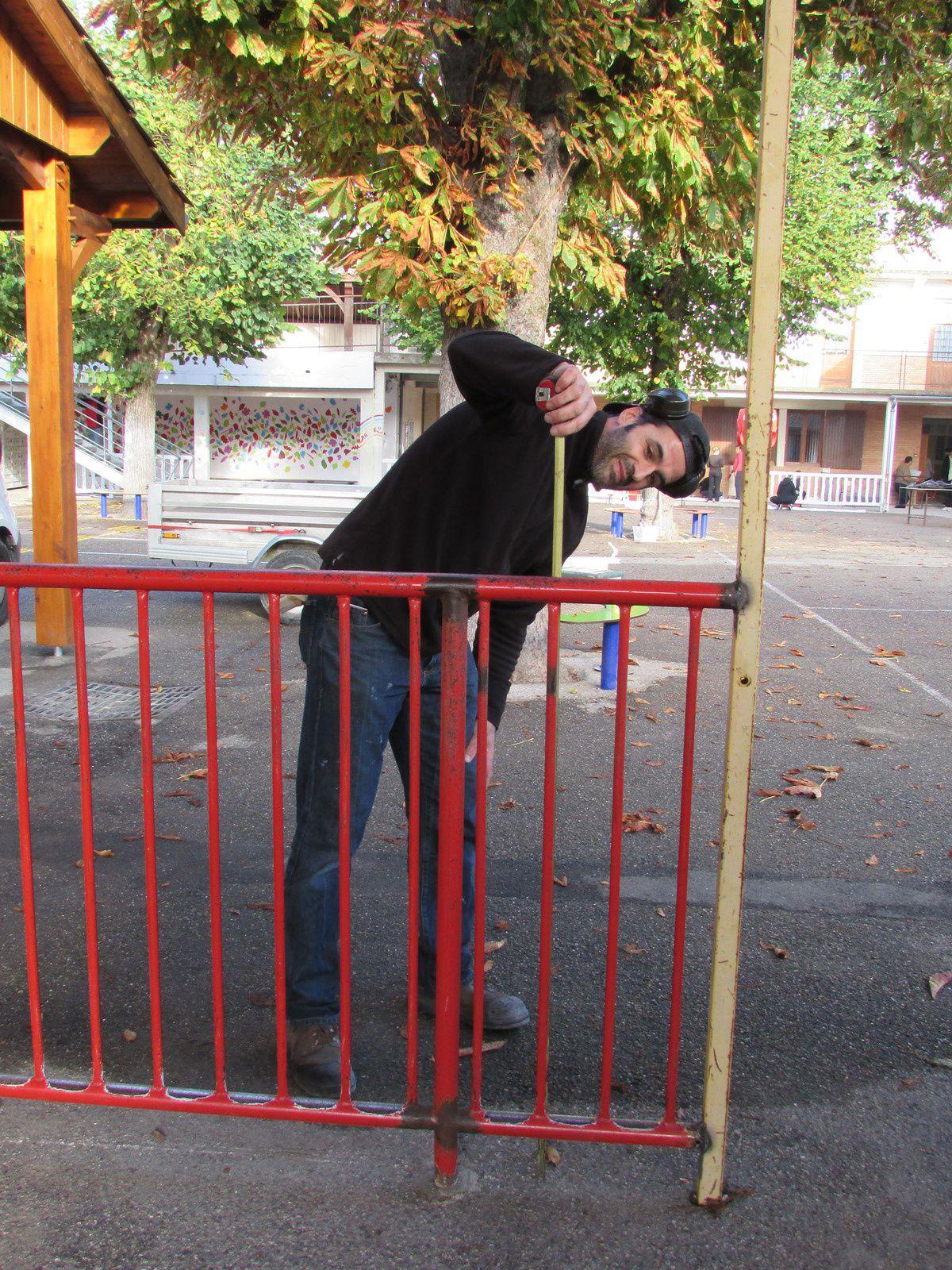 Peinture des barrières en bois et réparation de la barrière d'entrée