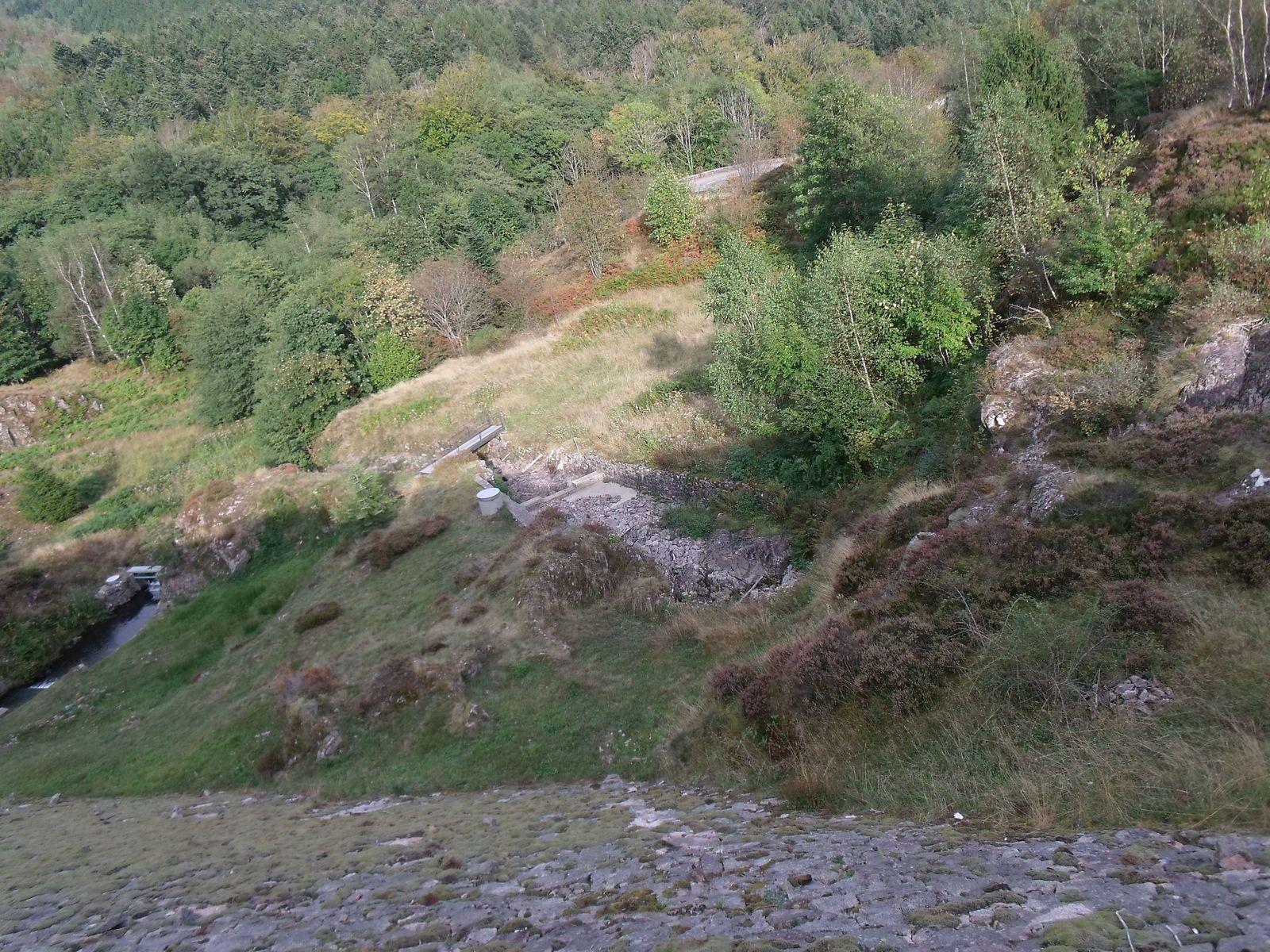 A droite du barrage -