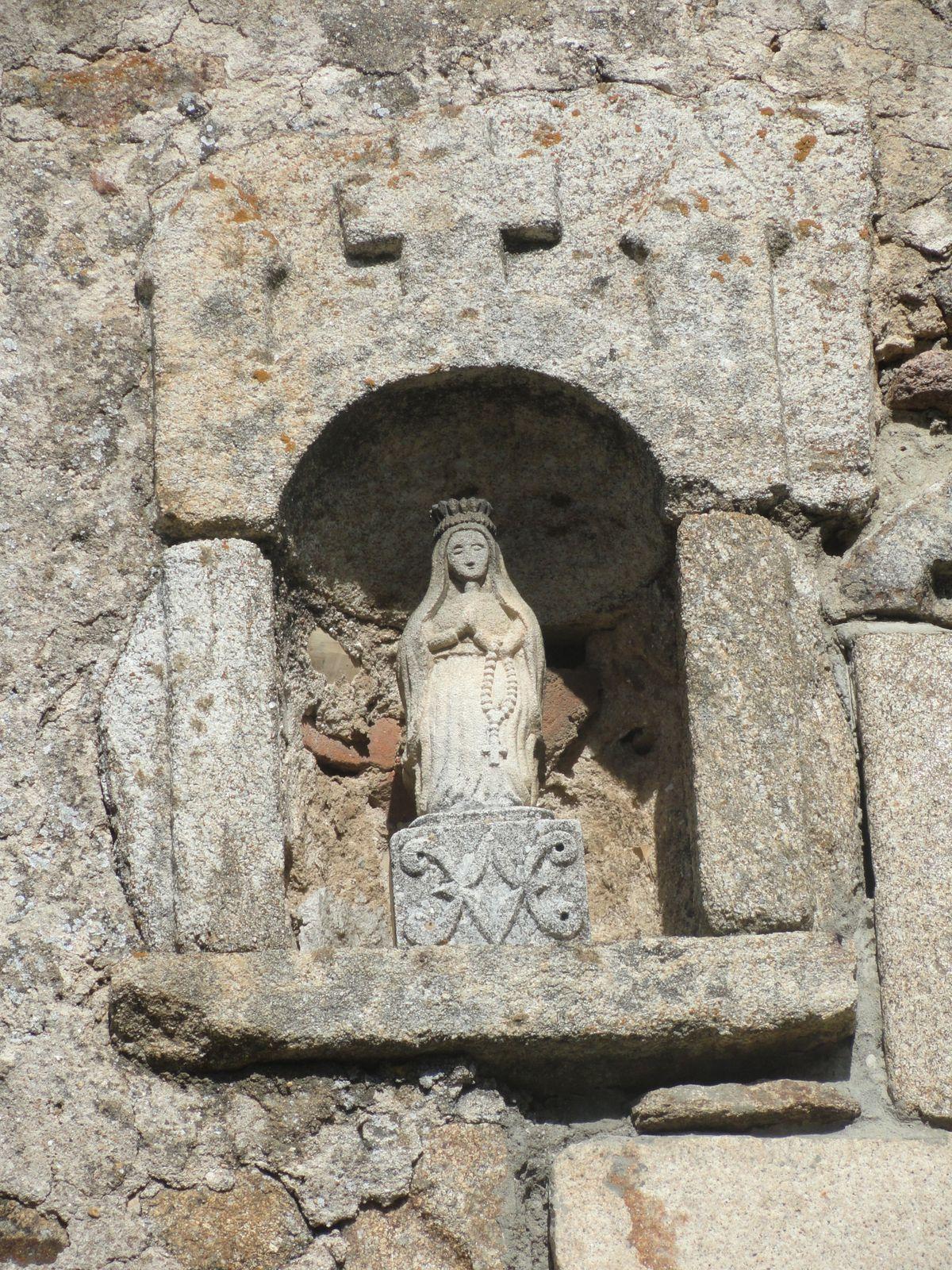 Une jolie vierge dans un mur de maison.