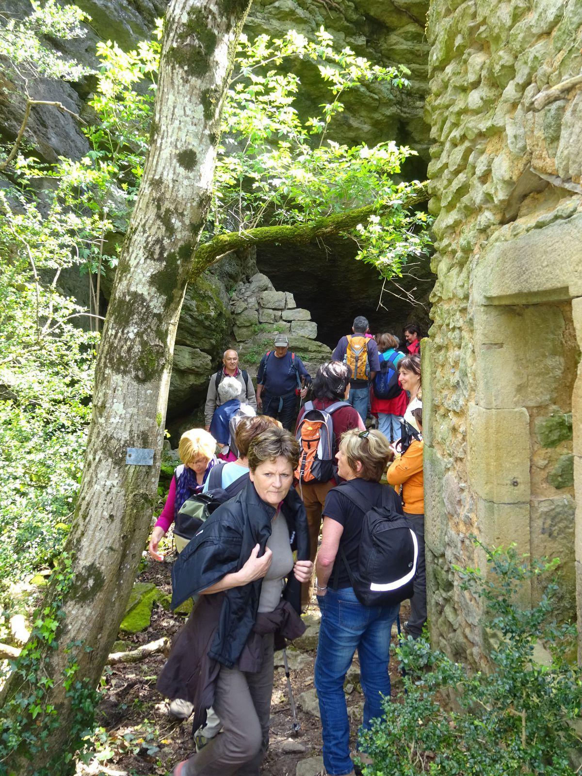Ces grottes servaient de refuge pendant les guerres de religion. Les huguenots s'y cachaient.