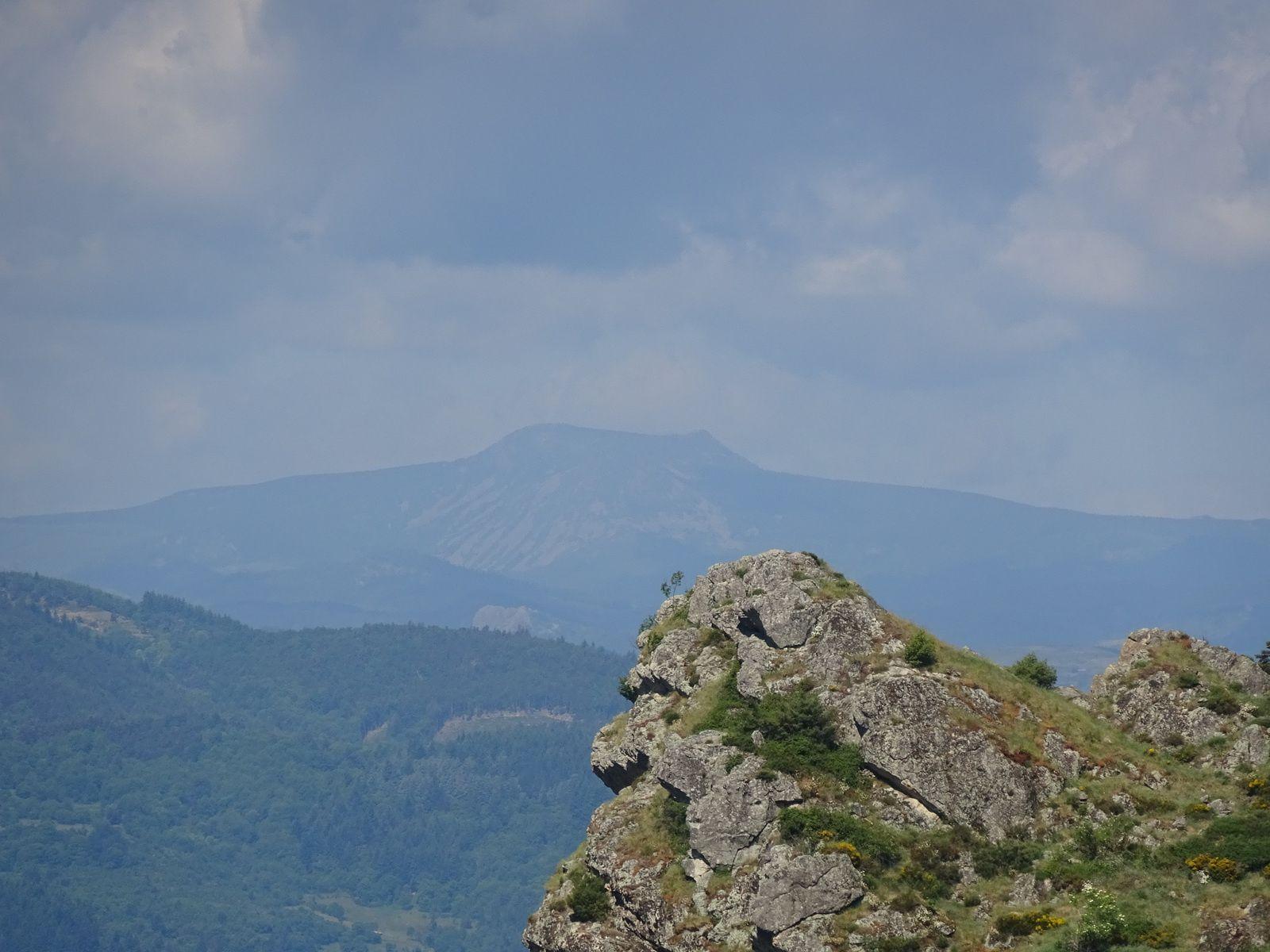 Au loin le mont Mézenc.