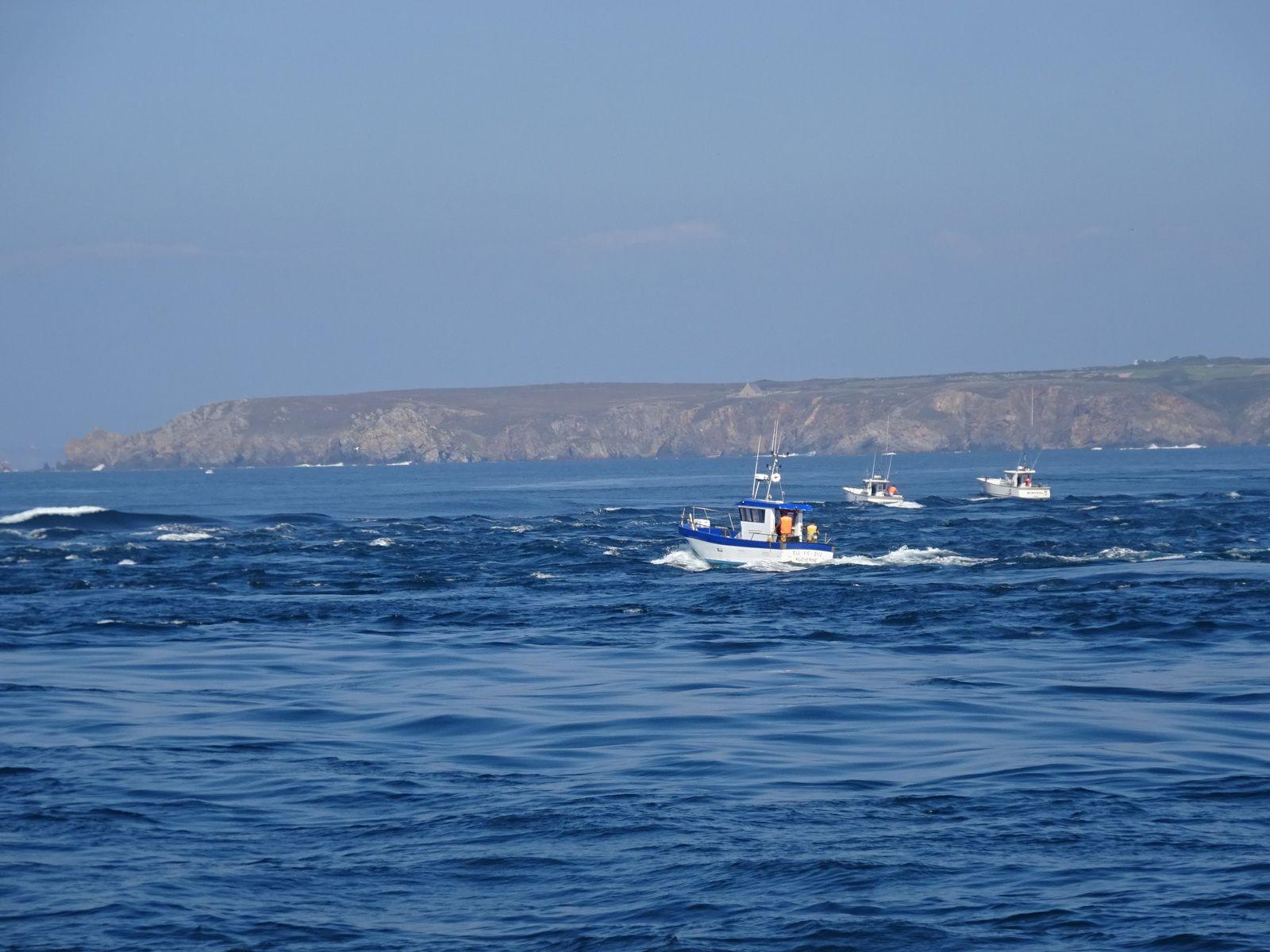 Retour sur Audierne. Les bateaux de pêche sont un peu malmenés à la pointe du raz !!!