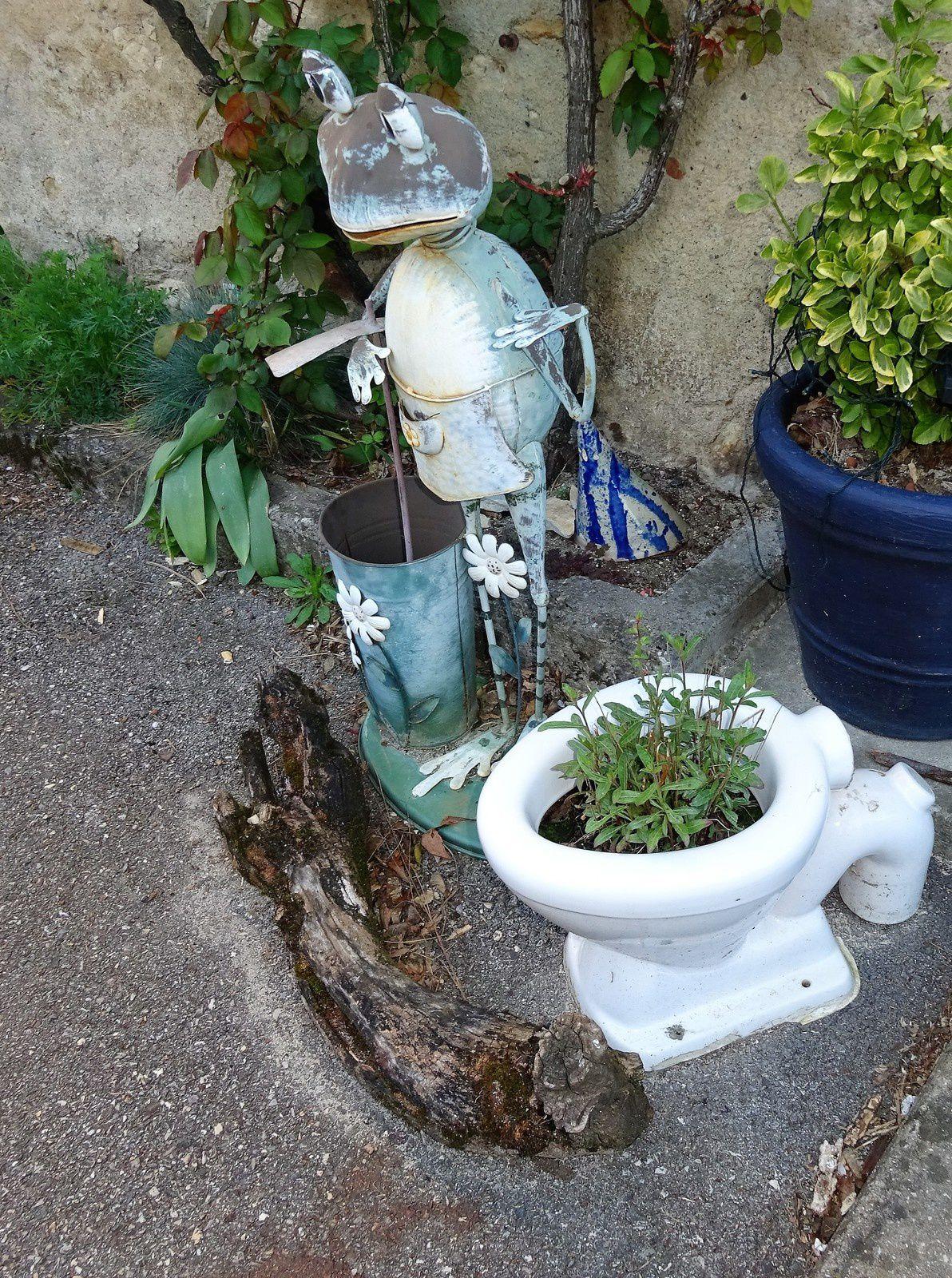 .... ses célèbres toilettes publiques !!! :-)