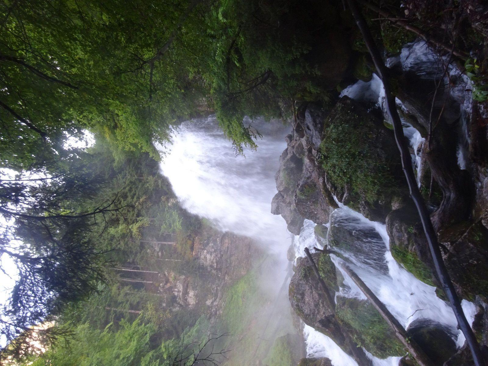 Au retour certains retournent à la cascade du premier jour qui a bien grossi !