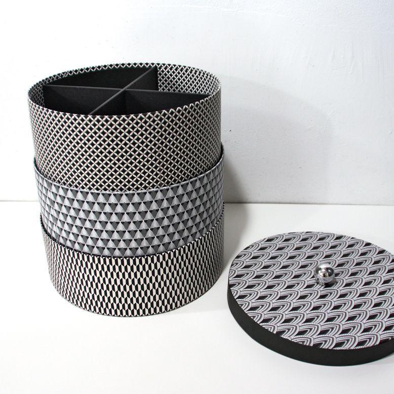 Trois boites rondes superposables avec casiers et couvercle.  Réalisées par l'atelier.