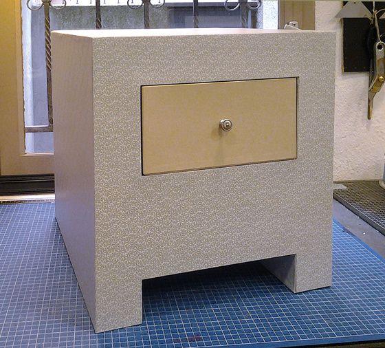 Table de nuit en carton et son tiroir.  Gainée de papiers fantaisie et d'efalin.  Réalisée par Céline.