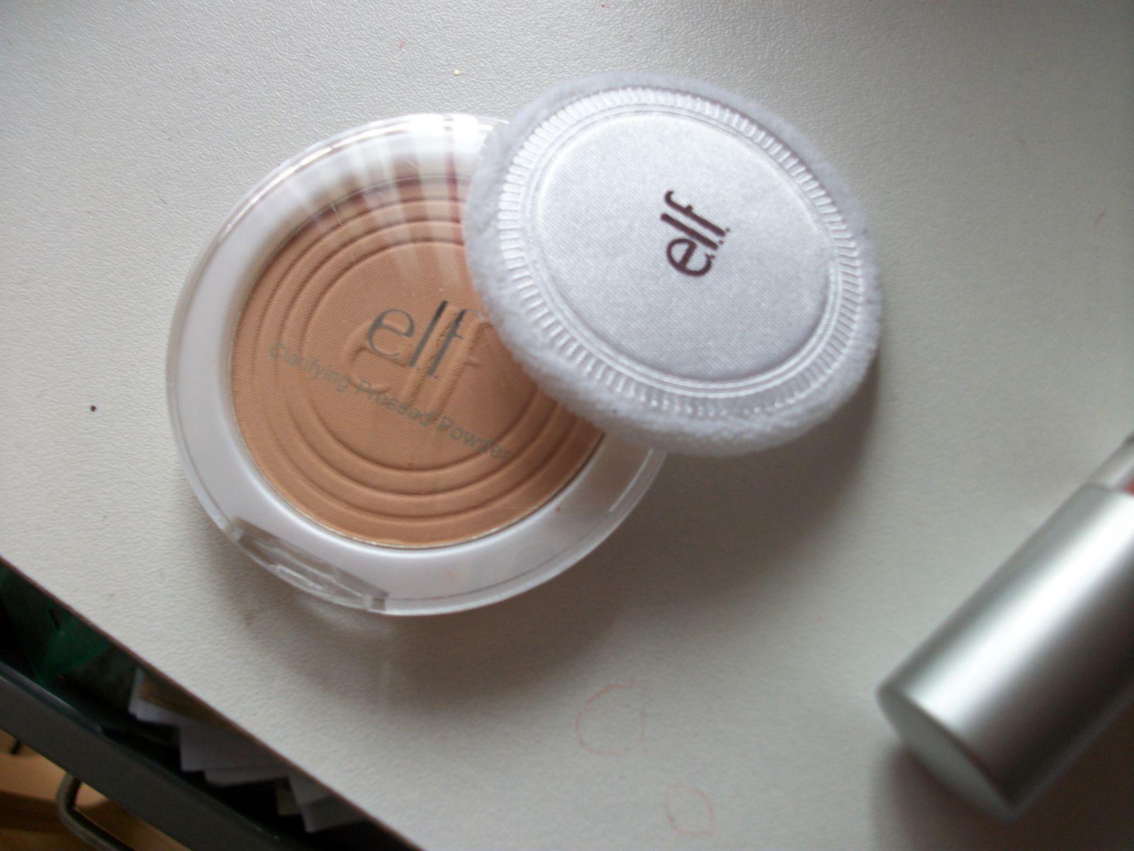 Une poudre beige rosée... En plus de tout ça, j'ai pris deux pinceaux pour ombre à paupières et visage...
