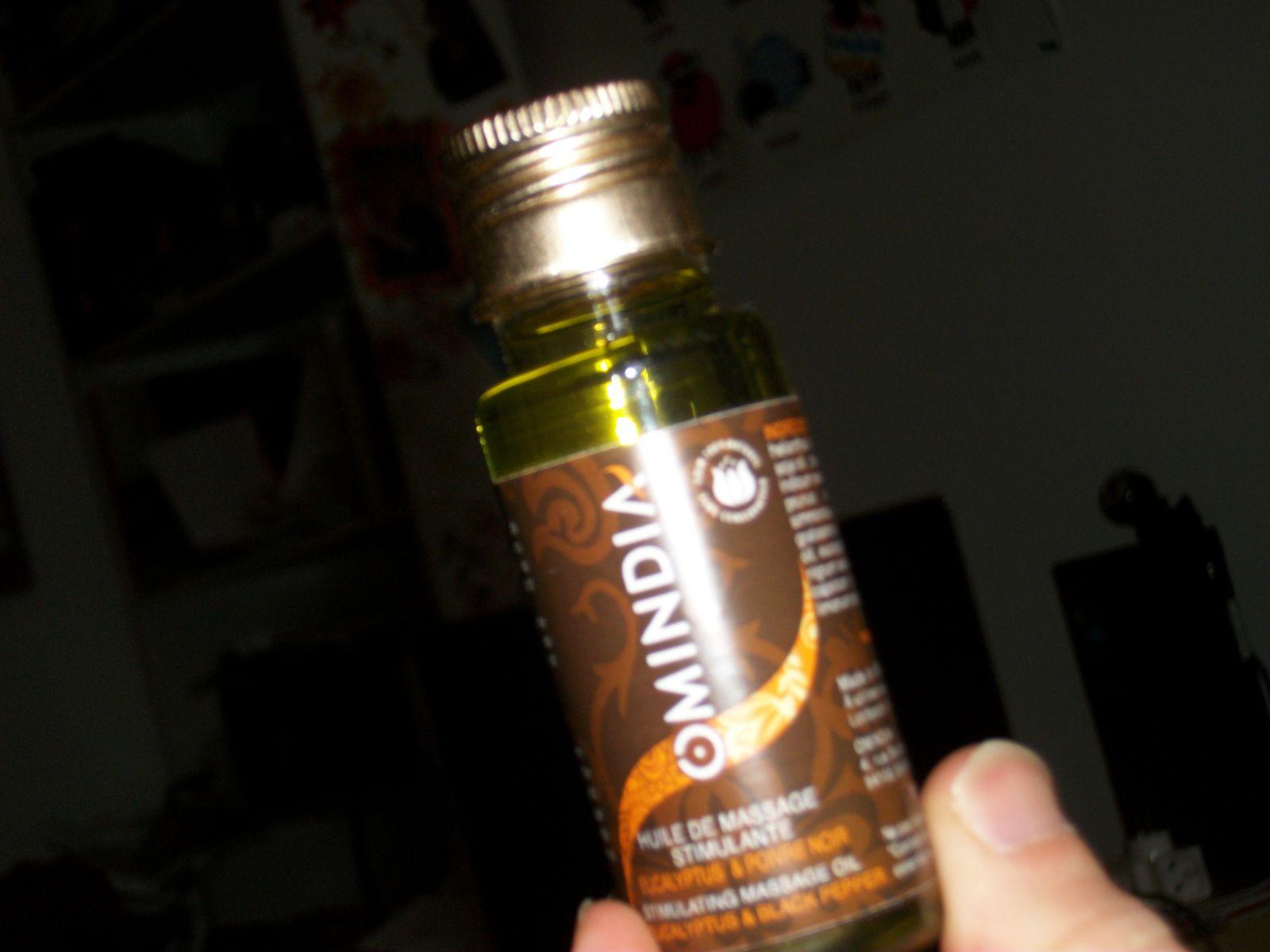 une huile de massage pour stimuler la circulation sanguine, et calmer les douleurs musculaires, de la marque Omindia