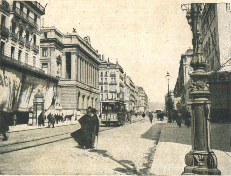 Marseille : La Canebière. Un panneau publicitaire en tissu qui vole, un trolley affichant une réclame pour Byrrh, des réverbères impressionnants et une belle colonne Morris..