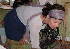 Imelda, au centre avec un fuseau (une oeuvre d'art réalisée par un sculpteur québécois)
