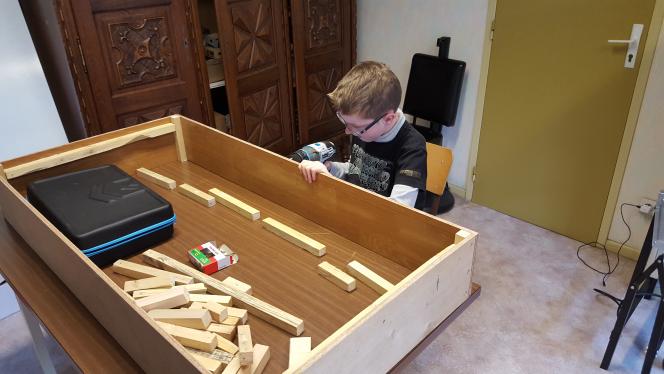 Nous vous présentons notre plus jeune membres James qui travail sur son premier module sur le thème du titanic inclus sur le module la maquette de se somptueux navire