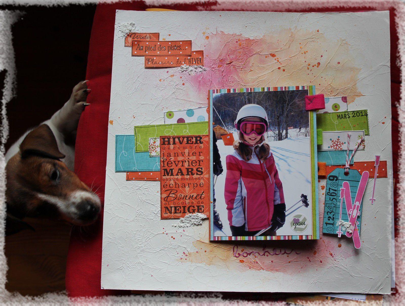 une page hivernale avec un petit livret qui cache d'autres photos et un fond avec un papier de soie blanc froissé