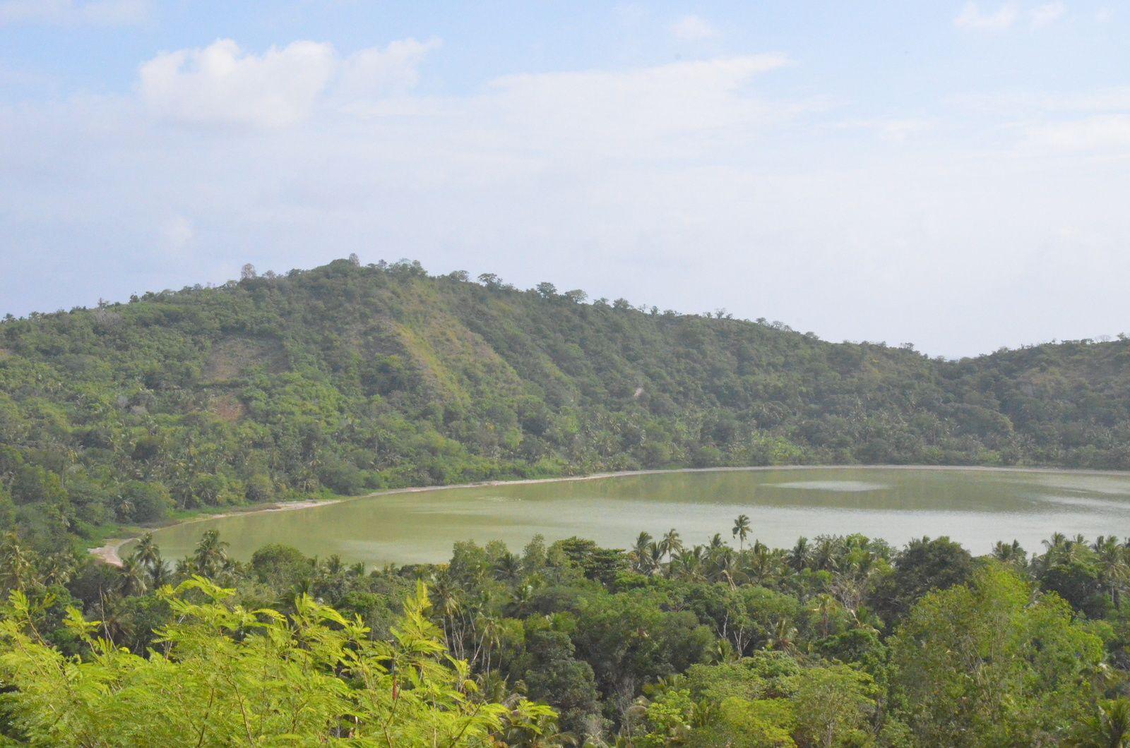 Le lac Dziani est un lac de cratère dont les eaux emeraudes sont dûes à une forte teneur en soufre. La baignade y est donc impossible.
