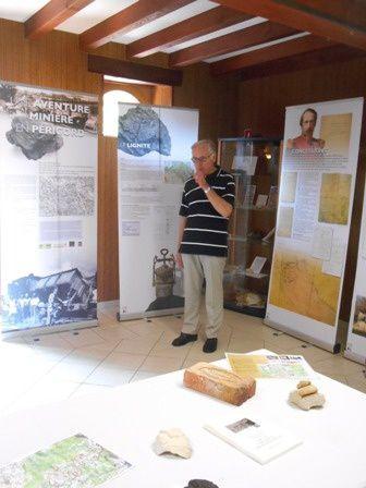 Monsieur Paulhiac devant ses tableaux explicatifs.