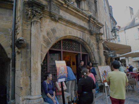 Devant la maison de la Boetie à Sarlat.