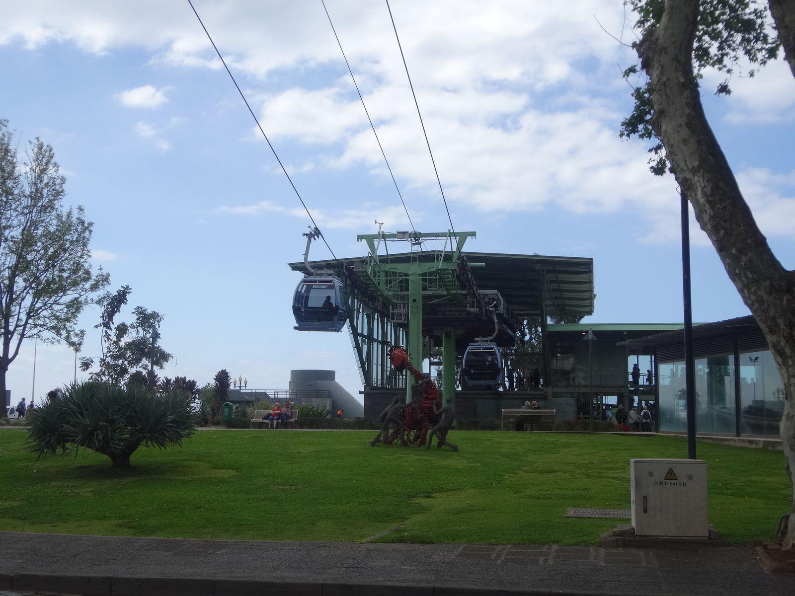 Du téléphérique qui grimpe vers Monté on observe la ville et son port où accostent des bateaux de croisières