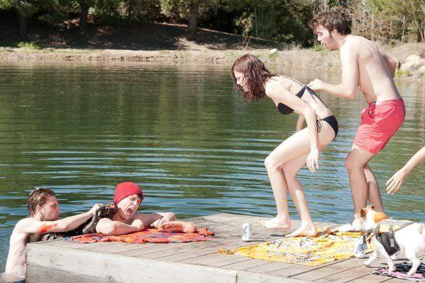 ZOMBEAVERS (2014) (BANDE ANNONCE) avec Cortney Palm, Rachel Melvin, Rex Linn