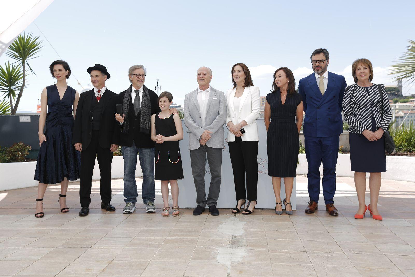 Cannes 2016 - LE BGG - LE BON GROS GÉANT : Steven Spielberg et son équipe posent pour le Photocall ! // Au cinéma le 20 juillet 2016