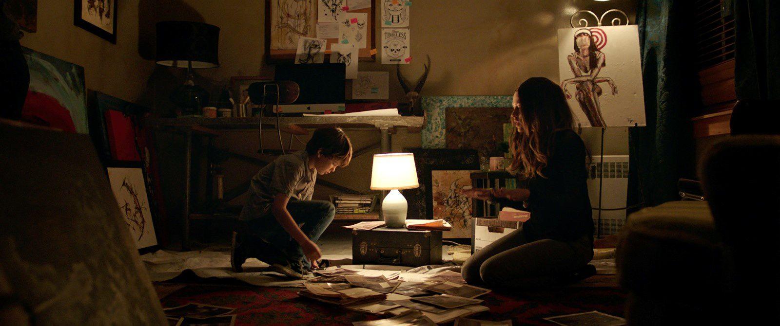 Dans le noir (Lights Out) (BANDE ANNONCE VF et VOST) avec Teresa Palmer, Maria Bello - Le 24 août 2016 au cinéma