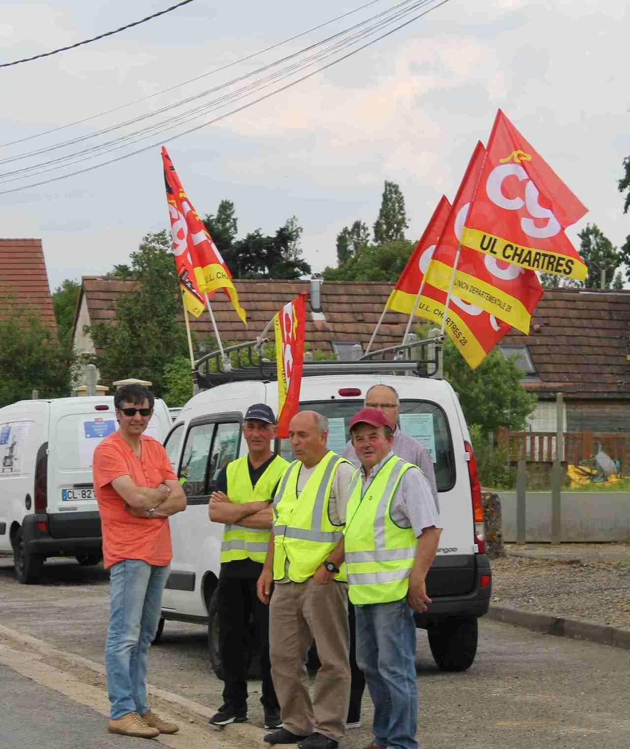 Près de 200 militants bloquent la RN154 entre Chartres et Dreux