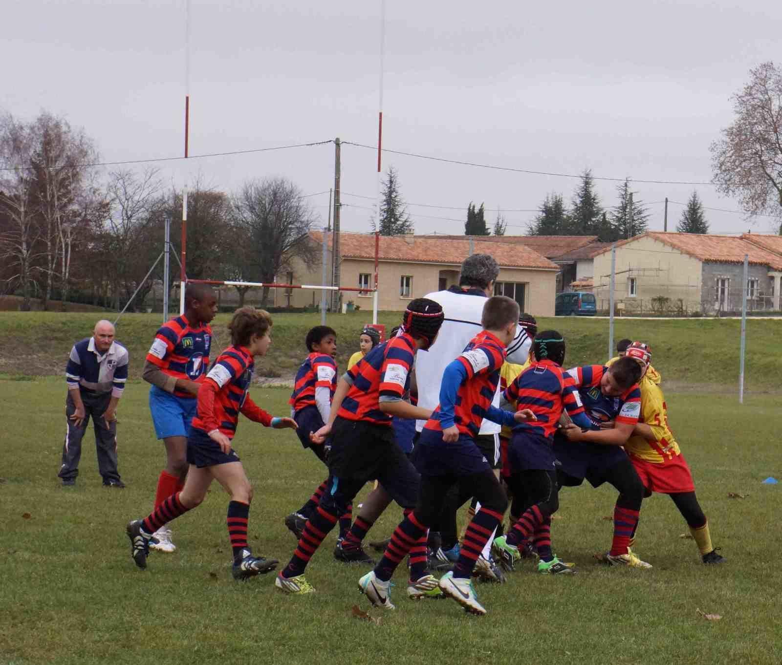 Jérome Ditom au sifflet... avec les moins de 13 ans. Ceux de l'UBJ jouent en jaune et tout le monde sur une moitié de terrain.