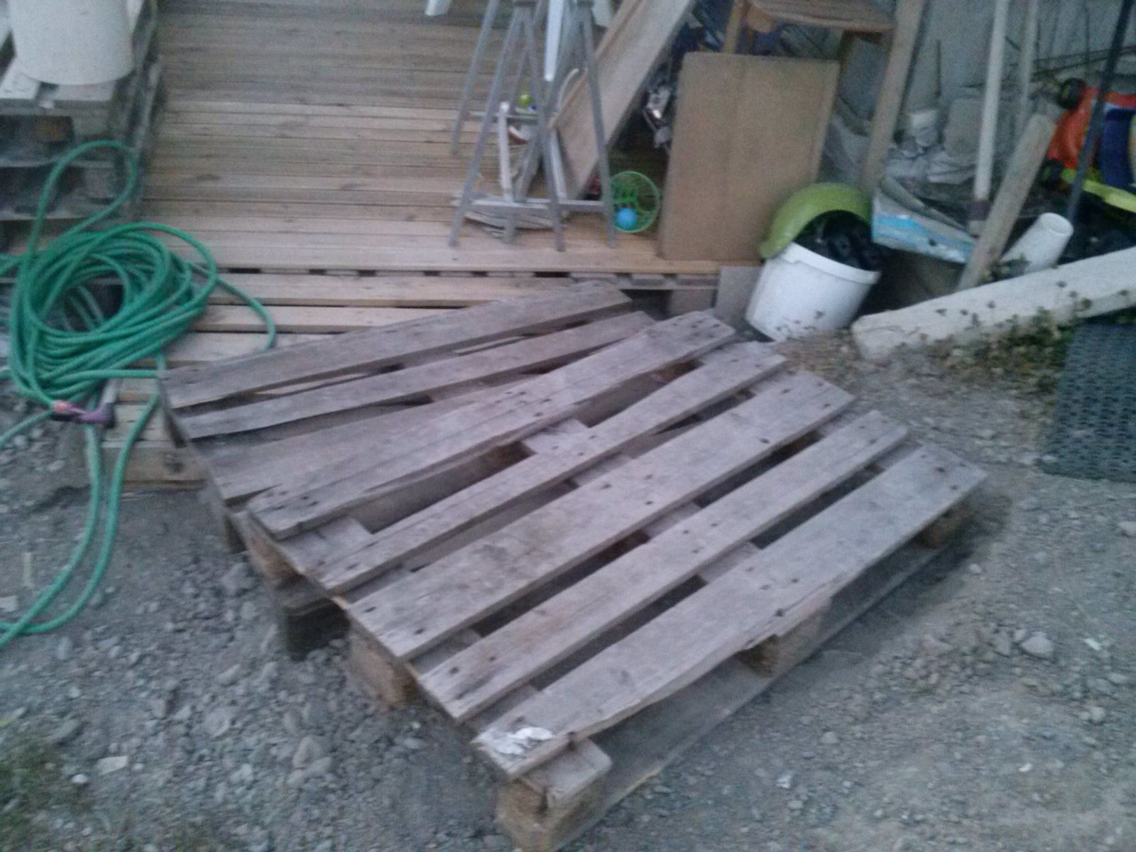 Création de la terrasse du bas en palette recouvertes lames de terrasse.