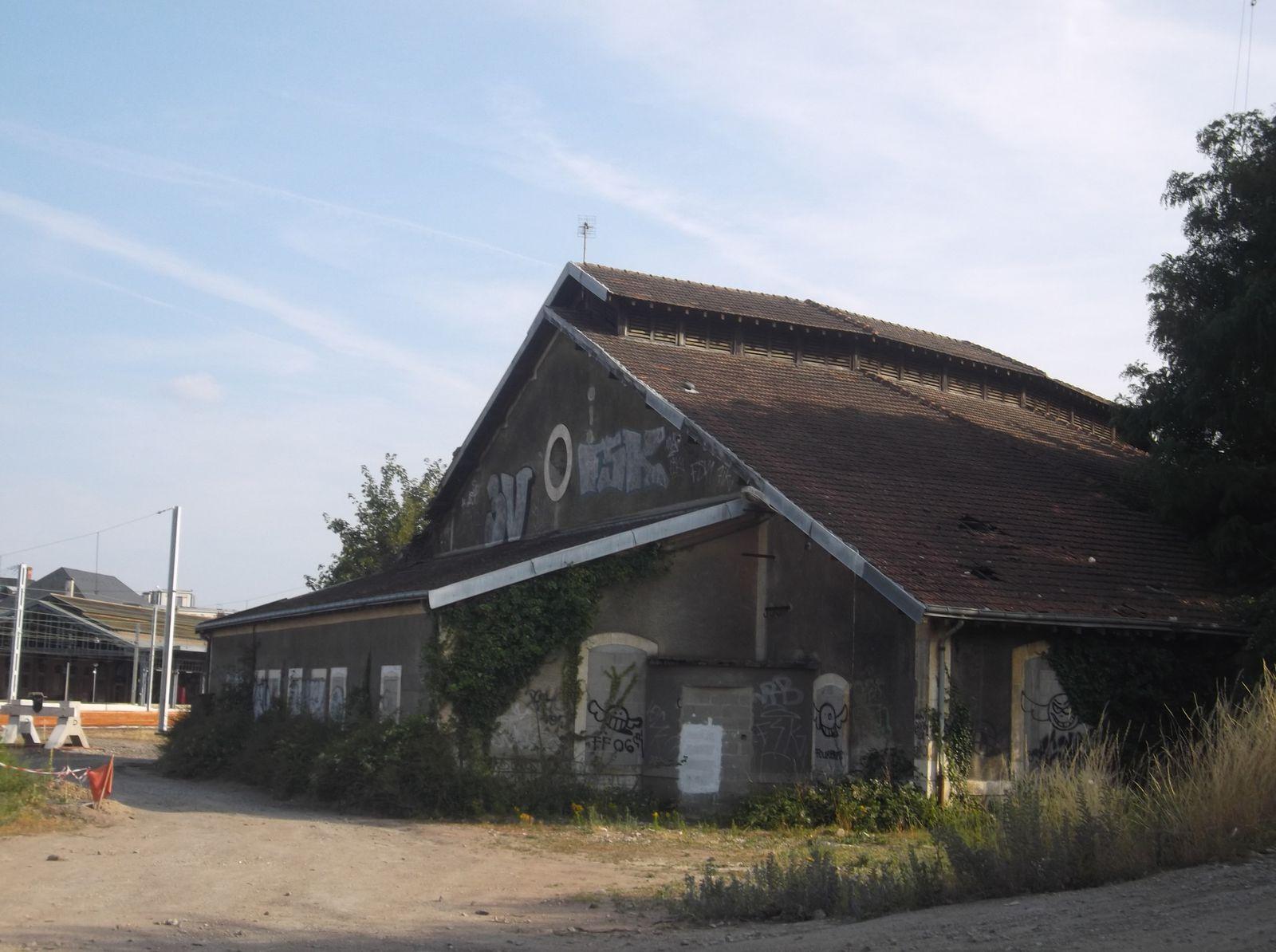 La rotonde SNCF de Blois- un patrimoine industriel voué à disparaître pour des places de parking...dans le cadre du projet de la passerelle