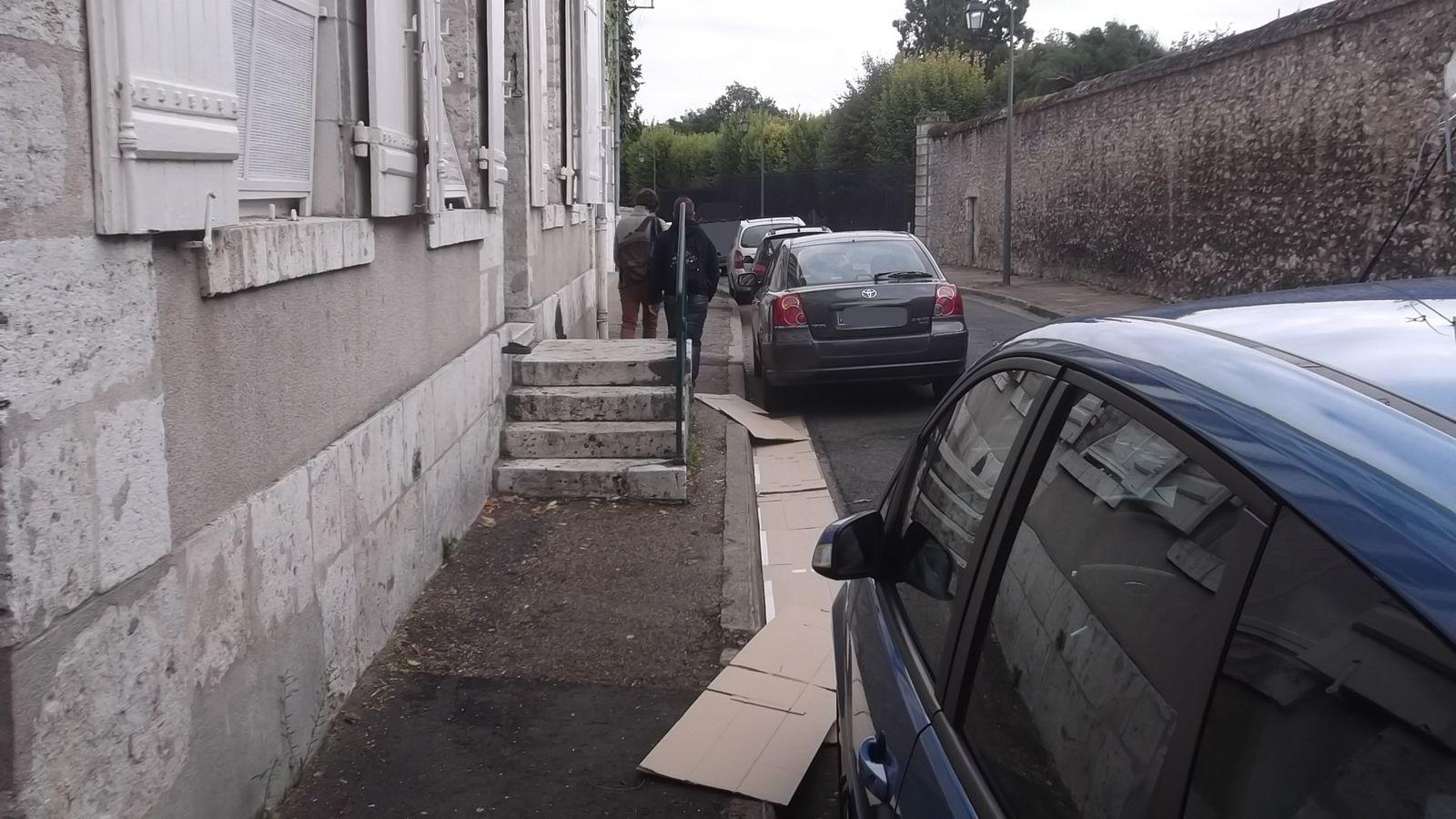 Les piétons dans la rue du Haut Bourg apprécient de pouvoir cheminer côte à côte.