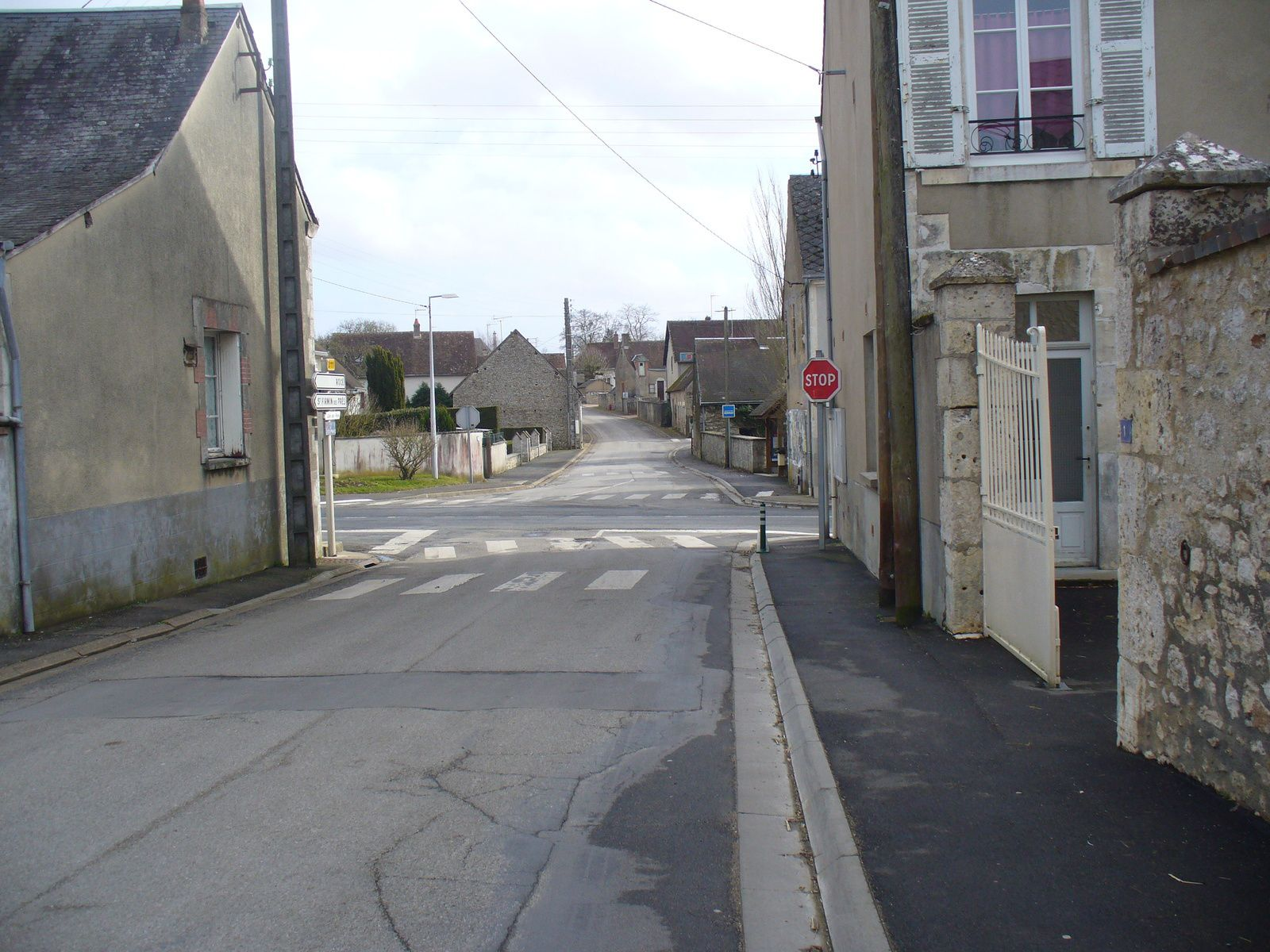 Du même endroit, quelques mètres plus bas, au centre de la photo l'ancien abri-bus et son pannonceau bleu.