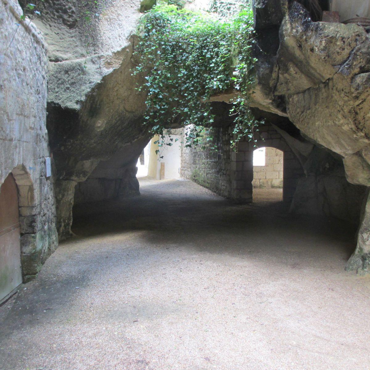 Outre le décor remarquable, le site propose une table, de l'eau et des sanitaires. L'entrée est libre.