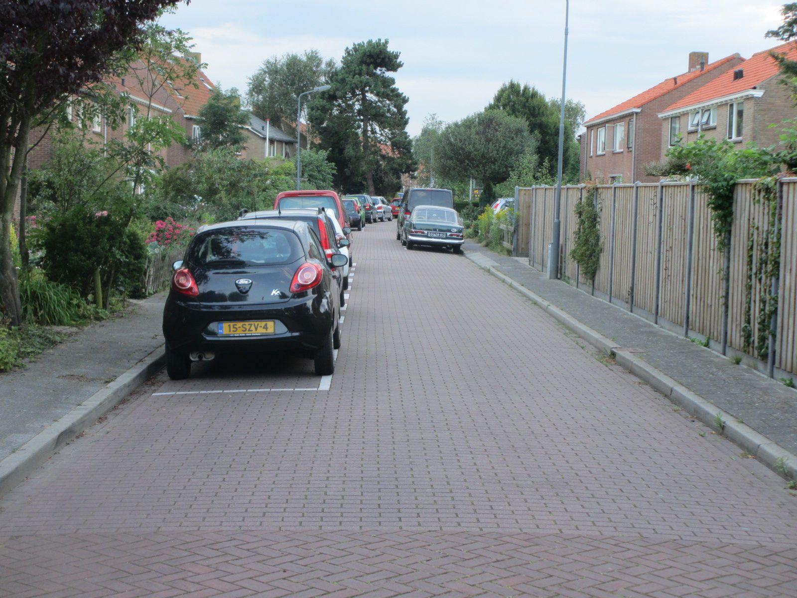 Vrouwenpolder aux Pays Bas : les véhicules sont stationnés sur la voierie en alternance pour créer une chicane et libérer les trottoirs. Les motorisés sont obligés de slalomer et par conséquent de modérer les vitesses.