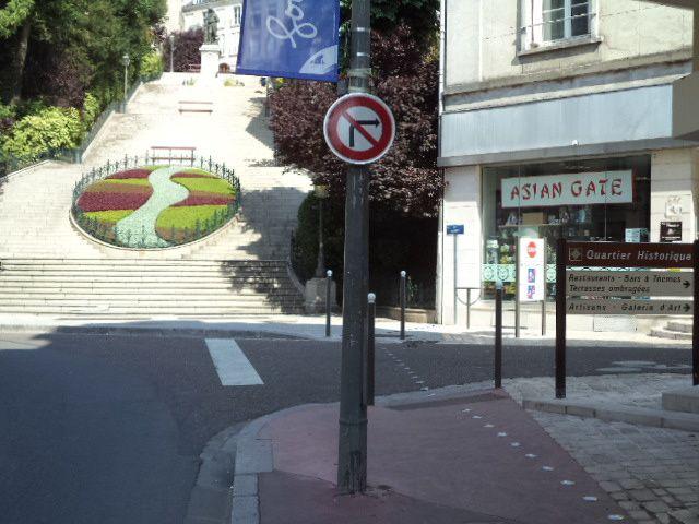 """Juillet 2014: le panneau d'interdiction de tourner à droite a été posé. Reste à rejouter un pannonceau """"sauf cyclistes"""""""