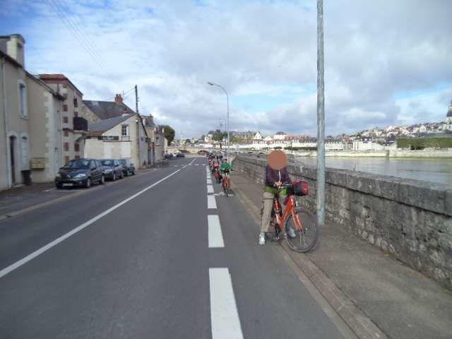 Cyclistes que l'on retrouve à contre sens sur la bande cyclable du quai Henri Chavigny. Ils sont alors obligés de faire un écart sur la route départementale pour se croiser avec un autre cycliste.