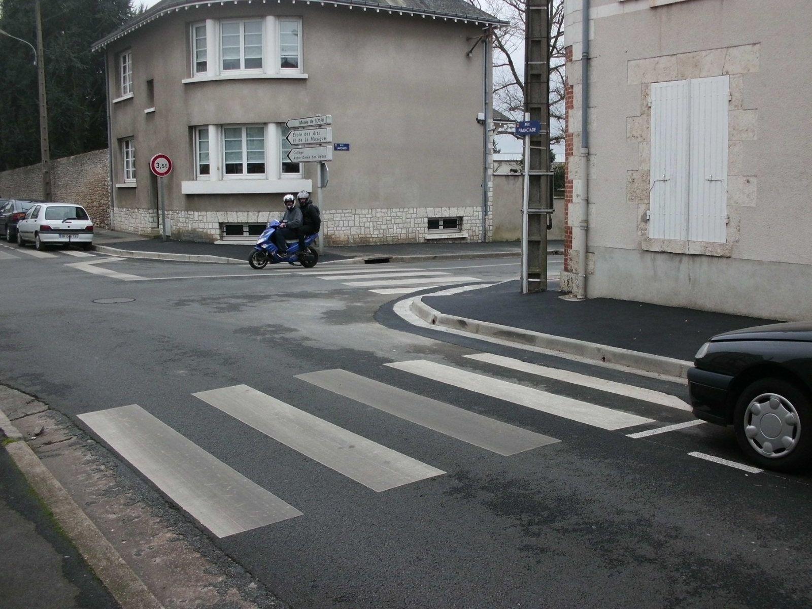 Priorité à droite partout - Rue Franciade, oultre les surbaissés de trottoirs à réaliser il faudrait aussi interdire le stationnement 5 m en amont des passages piétons pour assurer une meilleure visibilité.