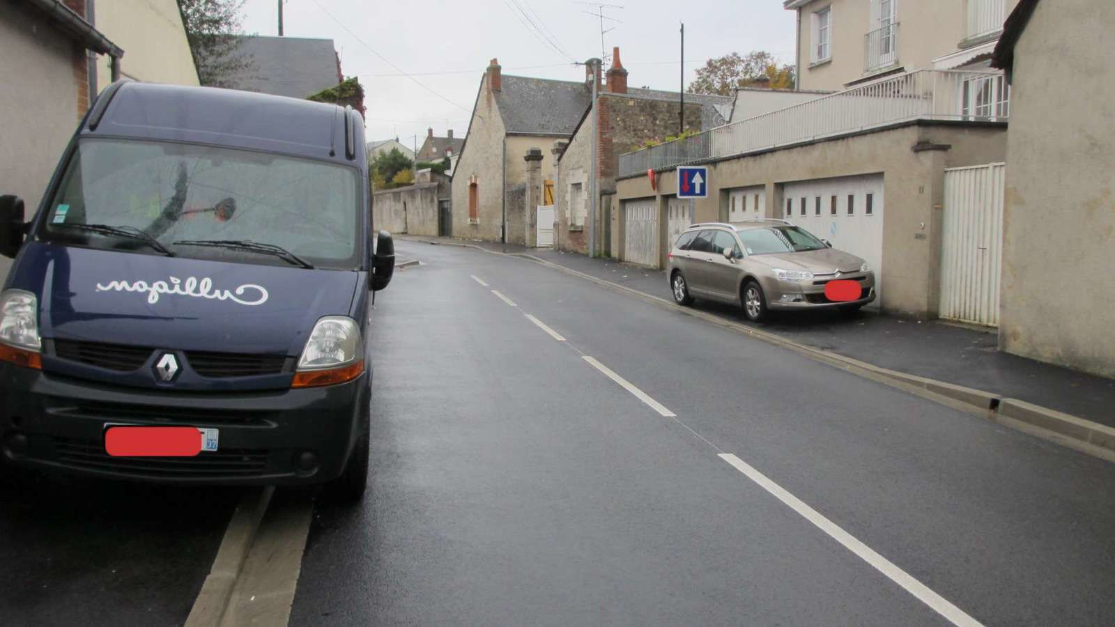 Des véhicules sont encore garés sur les trottoirs  des deux côtés de la voierie !
